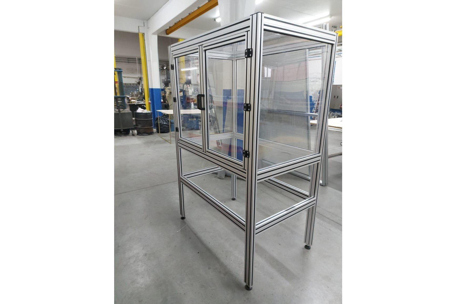 Cabine em perfil de alumínio 40x40 e 40x80.